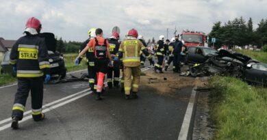 Zderzenie w Jabłonce. Cztery karetki zabrały poszkodowanych z miejsca wypadku
