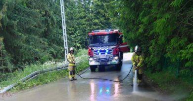 Strażacy z Kościeliska usunęli błoto z jezdni