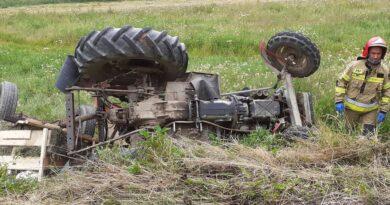 Traktor przewrócił się – ranne dwie starsze osoby