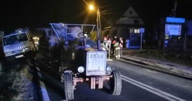 Zderzenie samochodu z ciągnikiem w Piekielniku