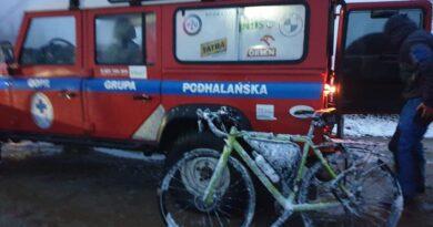 Ratownicy GOPR sprowadzili z gór przemarzniętych rowerzystów (zdjęcia)