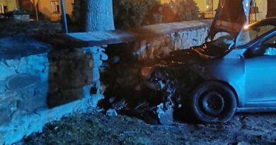 Samochód wbił się w kościelny mur (zdjecia)