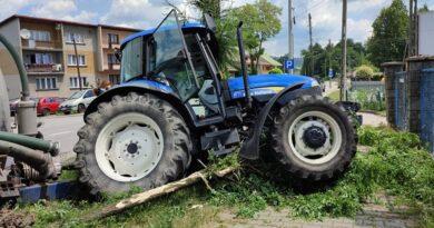 Urwane koło od traktora zraniło kierowcę (zdjęcia)