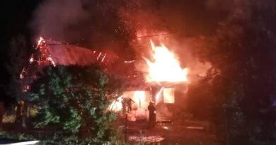 Nocny pożar drewnianego domu (zdjęcia)
